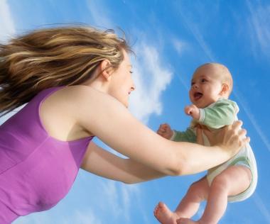 スマホで赤ちゃんをあやす? 朝日新聞の投稿で・・・